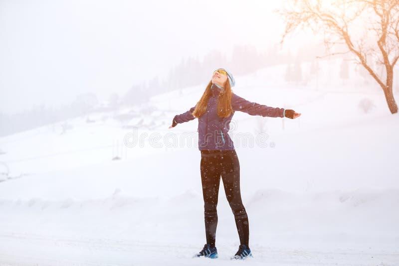 Potomstwa odchudzają kobiety cieszy się śnieżną pogodę w zimie obrazy royalty free