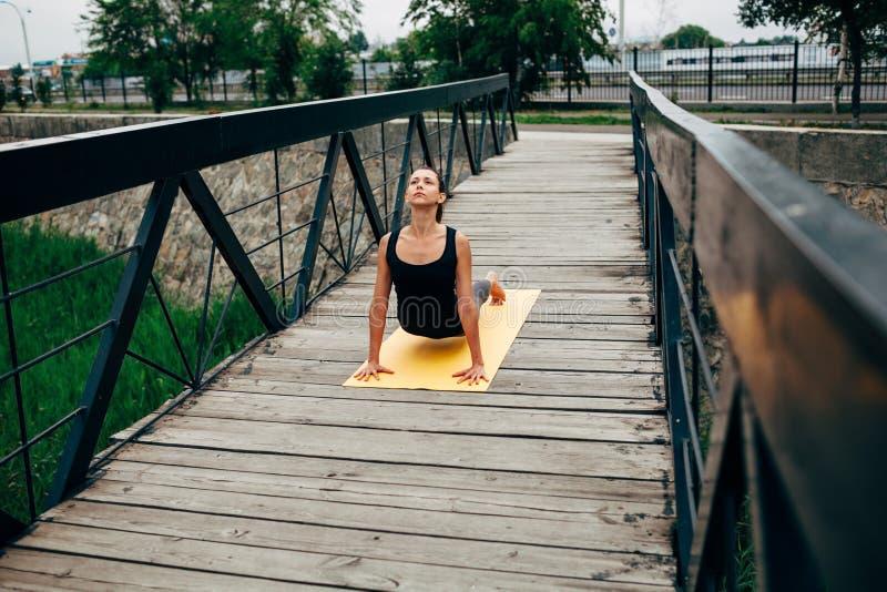 Potomstwa odchudzają kobiety robi joga zdjęcia stock