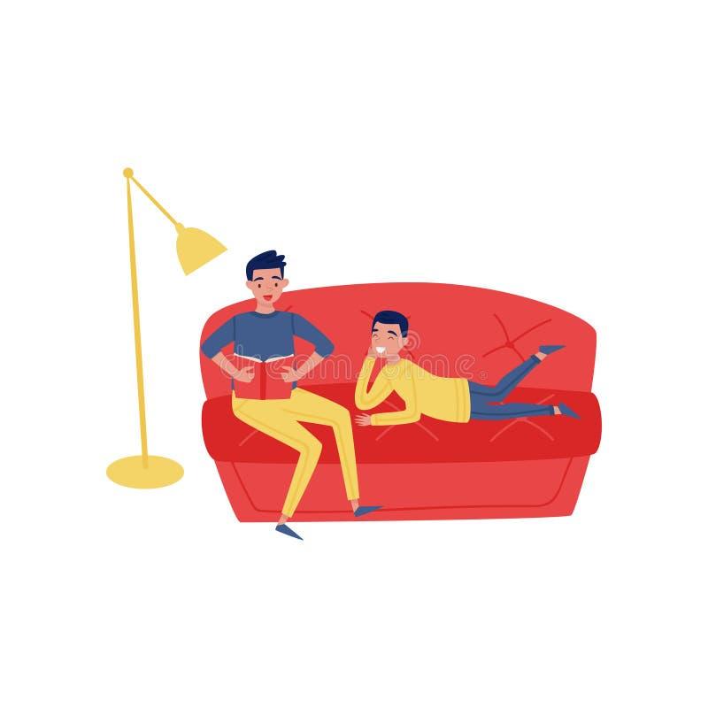 Potomstwa ojcują czytelniczą książkę jego syn Mężczyzna i chłopiec na kanapie w domu Szczęśliwy rodzic i dziecko Płaski wektorowy ilustracji