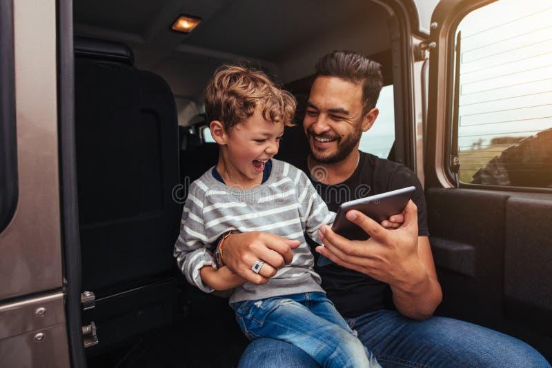 Potomstwa ojcują i syn ma zabawę na wycieczce samochodowej zdjęcie stock