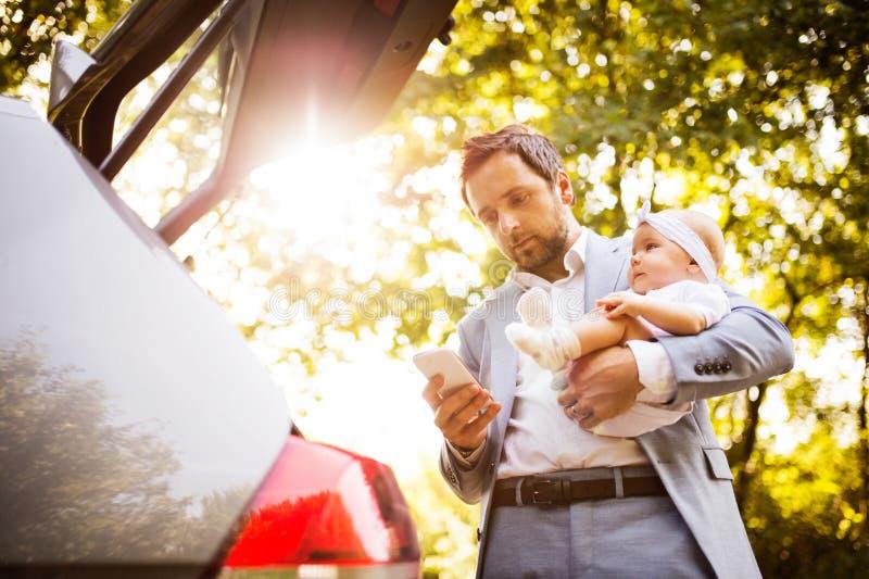 Potomstwa ojcują z jego małą dziewczynką iść w samochód fotografia royalty free