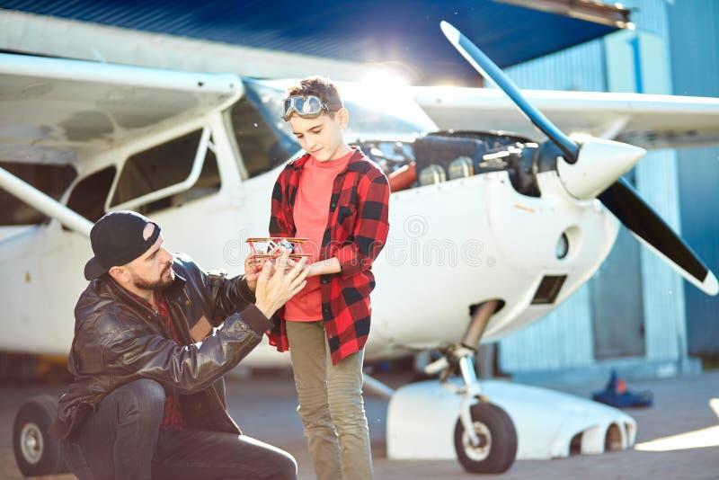 Potomstwa ojcują z synem pilotuje rywalizację przychodzili wzorcowi samoloty zdjęcia royalty free