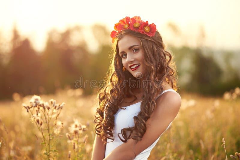 Potomstwa, piękny, atrakcyjny model w swimsuit, pozuje w polu zdjęcia stock