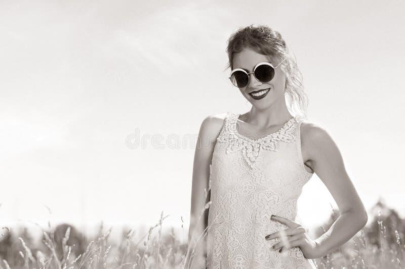 Potomstwa, piękny, atrakcyjny model w swimsuit, pozuje w polu obrazy royalty free