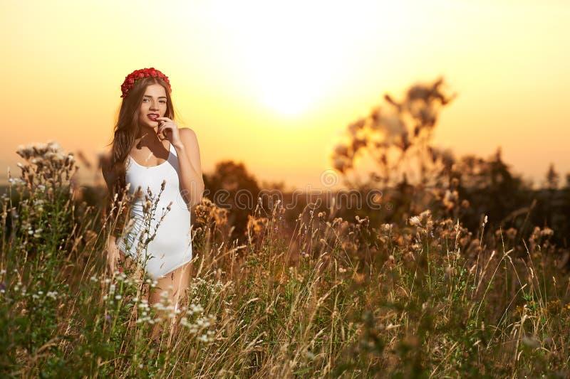 Potomstwa, piękny, atrakcyjny model w swimsuit, pozuje w polu zdjęcia royalty free