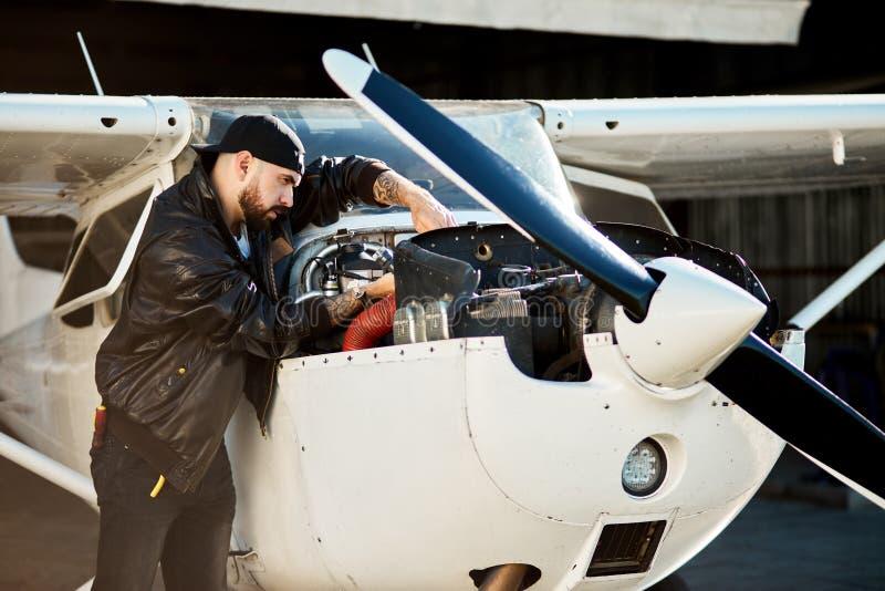 Potomstwa pilotują z instrumentami sprawdza w górę silnika lekki śmigła powietrza strumień obraz royalty free