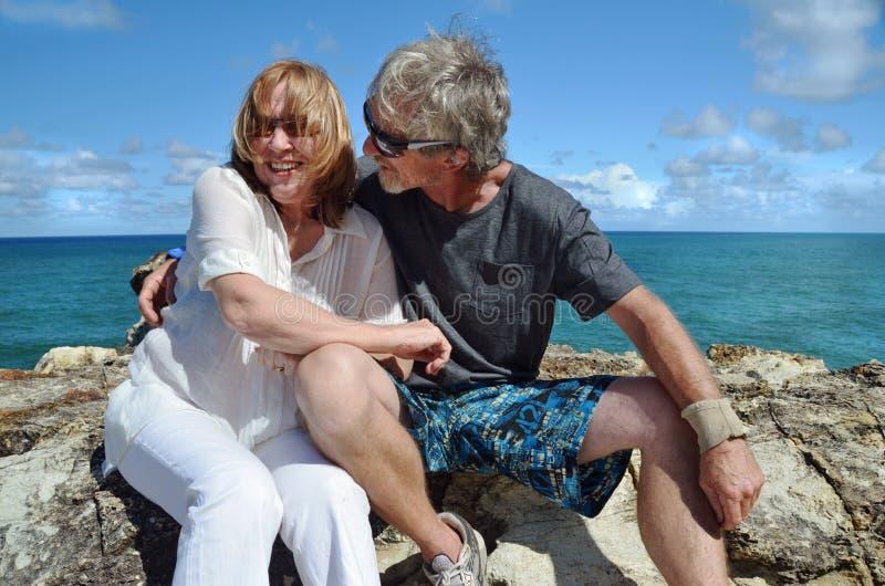 Potomstwa przy kierową romantyczną starszą parą ma zabawę zdjęcia stock