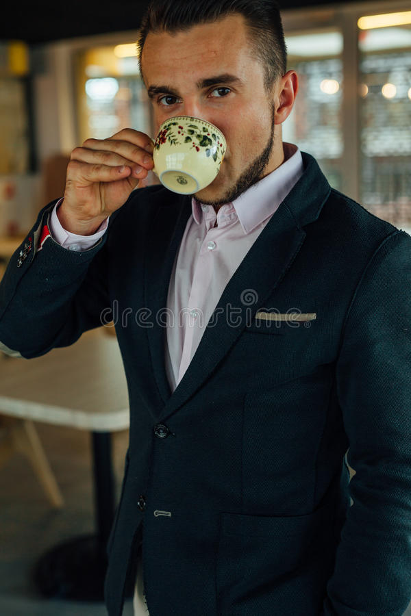 Potomstwa skupiali się biznesmena pije kawę w café Salowa fotografia fotografia stock