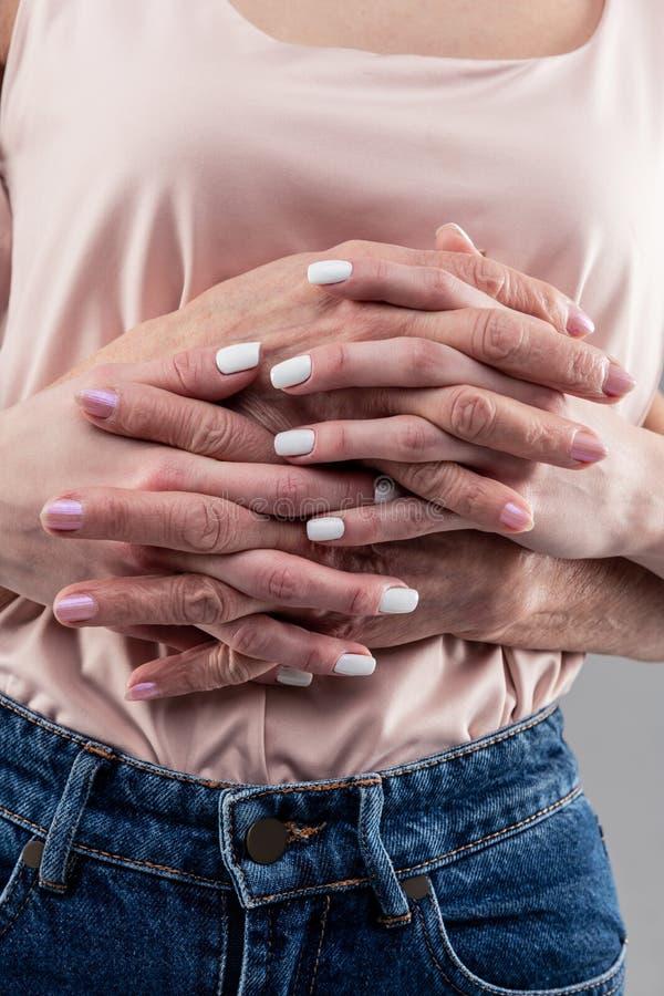 Potomstwa sprzątają kobiety z białym manicure'em przeplata palce zdjęcie royalty free