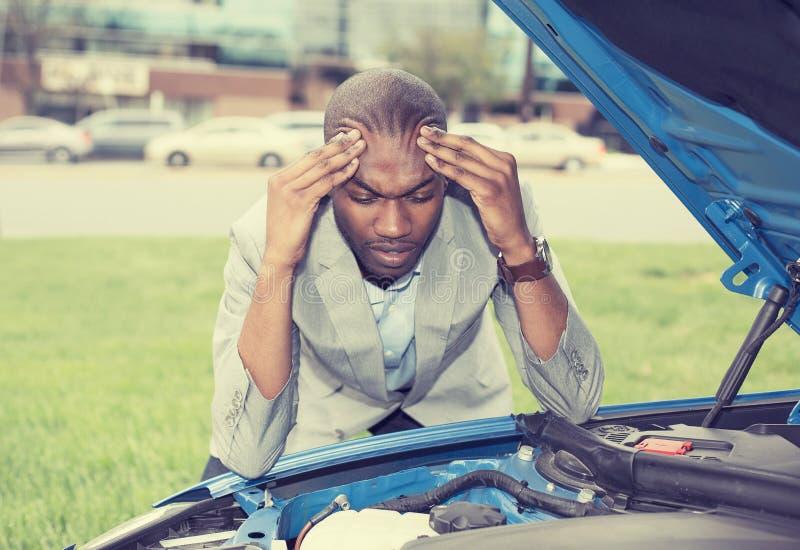 Potomstwa stresujący się obsługują mieć kłopot z jego łamanym samochodem obrazy royalty free