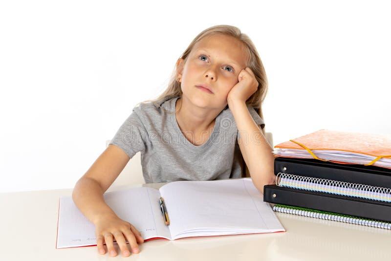 Potomstwa uczą kogoś dziewczyny writing w jej tekst książki przyglądającym up główkowaniu o przyszłości obraz royalty free
