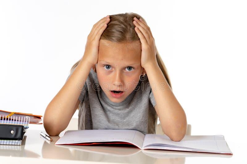 Potomstwa uczą kogoś studenckiej dziewczyny patrzeje nieszczęśliwi i zmęczeni w edukaci pojęciu zdjęcie royalty free