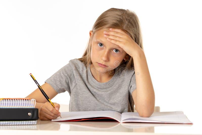 Potomstwa uczą kogoś studenckiej dziewczyny patrzeje nieszczęśliwi i zmęczeni w edukaci pojęciu fotografia royalty free