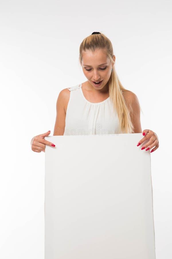 Potomstwa wtrącają się kobiety pokazuje prezentację, wskazuje na plakacie zdjęcie stock