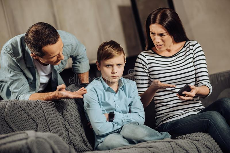 Potomstwa wychowywają wyjaśniać syna o wadach bawić się obraz stock