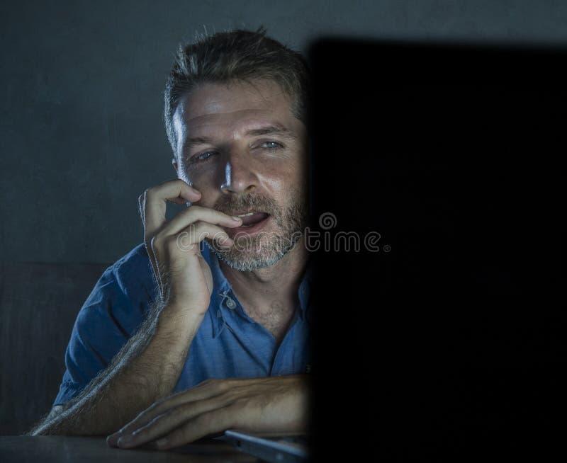 Potomstwa wzbudzający online i z podnieceniem płeć nałogowa mężczyzny dopatrywania porn mobilny w laptopu światła nocy w pornogra obrazy royalty free