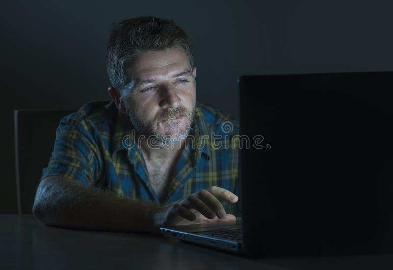 Potomstwa wzbudzający online i z podnieceniem płeć nałogowa mężczyzny dopatrywania porn mobilny w laptopu światła nocy w pornogra obraz stock