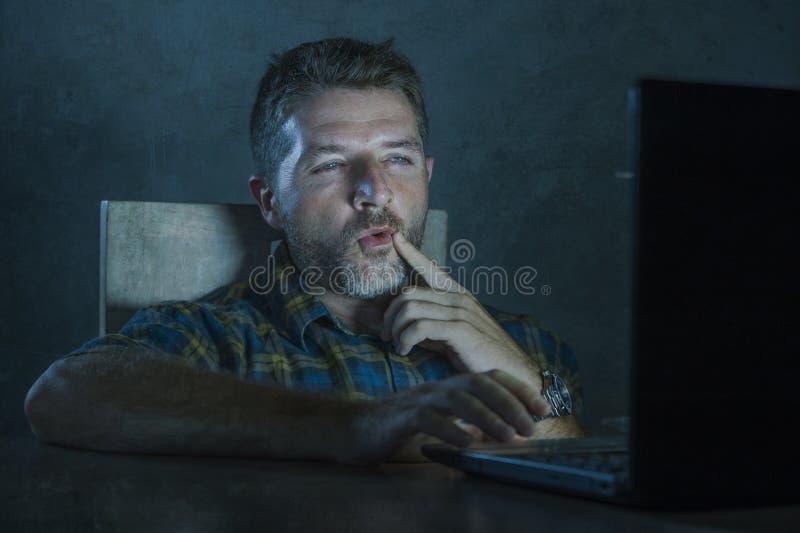 Potomstwa wzbudzający online i z podnieceniem płeć nałogowa mężczyzny dopatrywania porn mobilny w laptopu światła nocy w pornogra zdjęcia stock