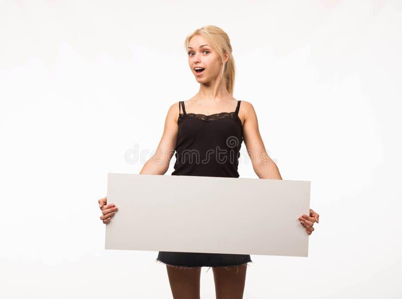 Potomstwa zaskakiwali kobiety pokazuje prezentację, wskazuje na plakacie obrazy royalty free