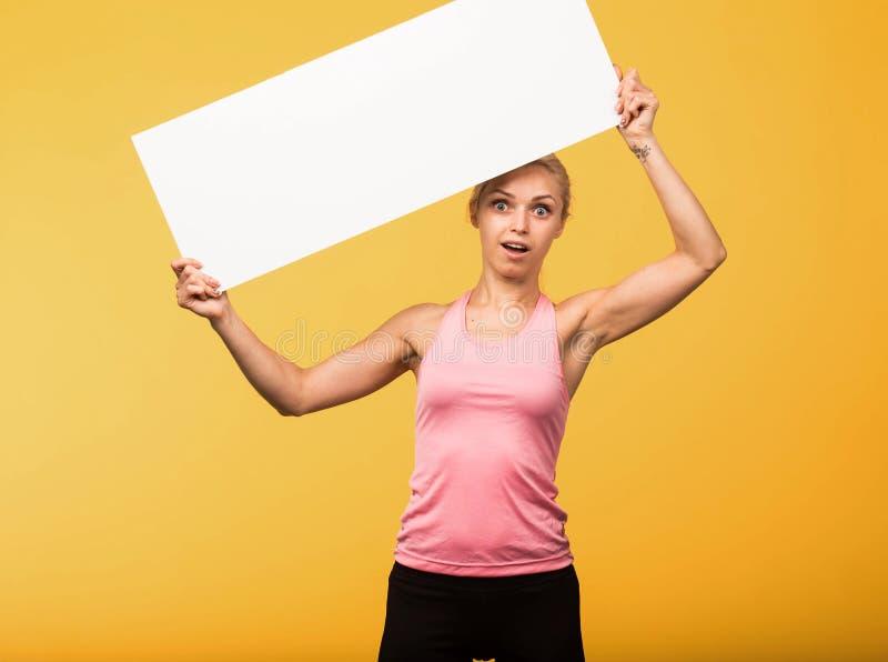 Potomstwa zaskakiwali kobiety pokazuje prezentację, wskazuje na plakacie fotografia stock