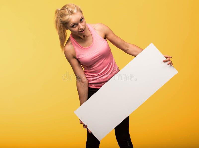Potomstwa zaskakiwali kobiety pokazuje prezentację, wskazuje na plakacie obraz stock