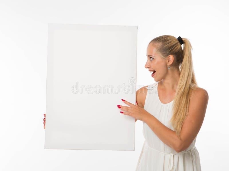 Potomstwa zaskakiwali kobiety pokazuje prezentację, wskazuje na plakacie zdjęcie stock