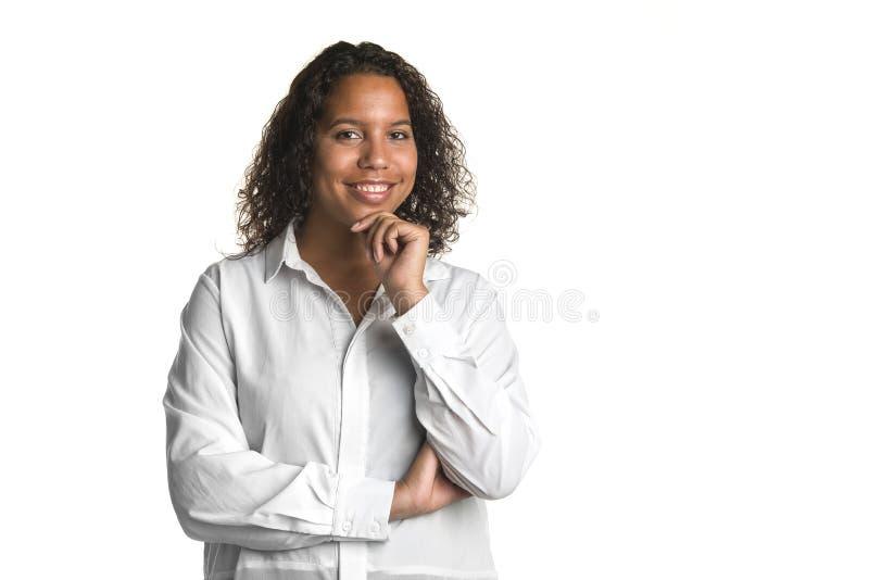 Potomstwo biznesowej kobiety dosyć czarny główkowanie z rękami krzyżował dalej zdjęcie royalty free