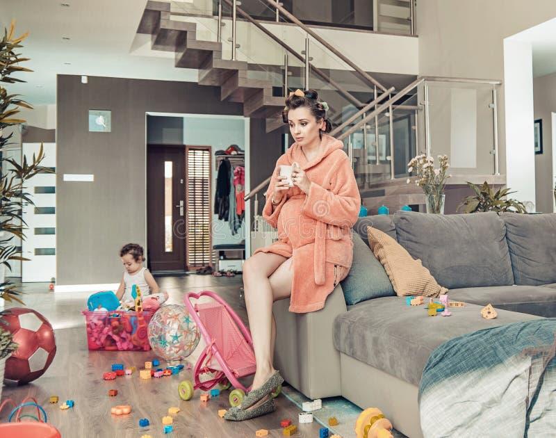 Potomstwo ciężarna mama i jej mała córka w domu fotografia stock