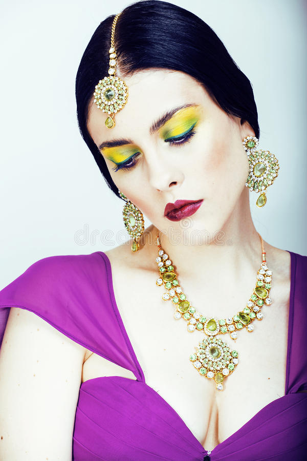 Potomstwo dosyć caucasian kobieta jak hindus w etnicznym biżuterii zakończeniu up na białym, bridal makeup, zdjęcia stock