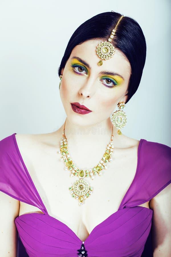 Potomstwo dosyć caucasian kobieta jak hindus w etnicznym biżuterii zakończeniu up na białym, bridal makeup, obraz stock