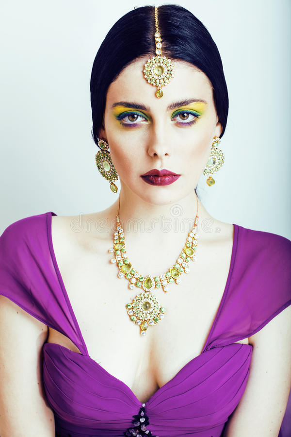 Potomstwo dosyć caucasian kobieta jak hindus w etnicznym biżuterii zakończeniu up na białym, bridal makeup, zdjęcie royalty free
