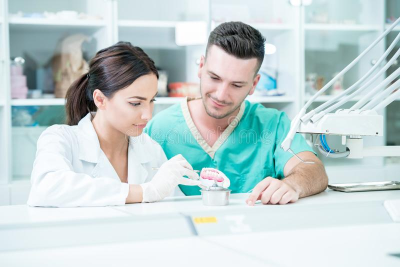 Potomstwo drużyna stomatologiczni technicy robi zębu prostetics Proces fotografia stock
