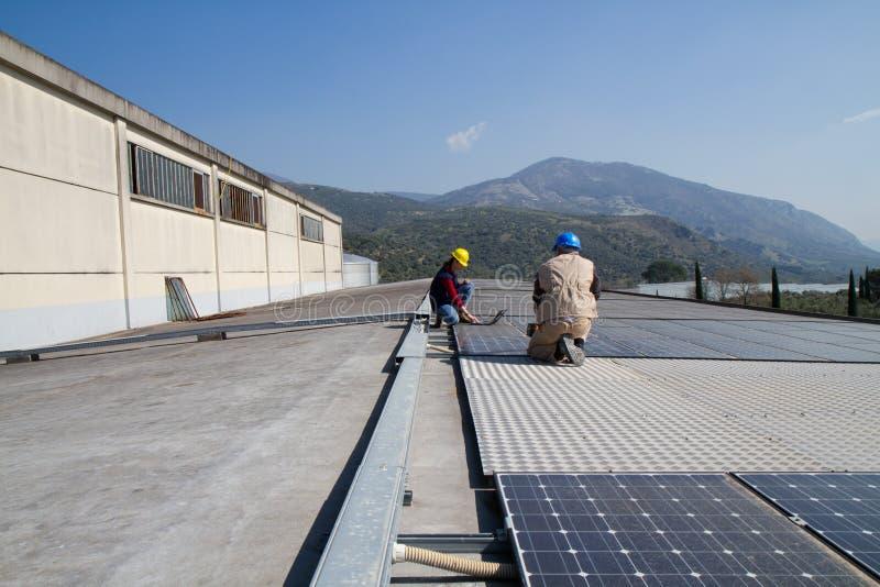 Potomstwo inżyniera wykwalifikowany robotnik na dachu i dziewczyna zdjęcie royalty free