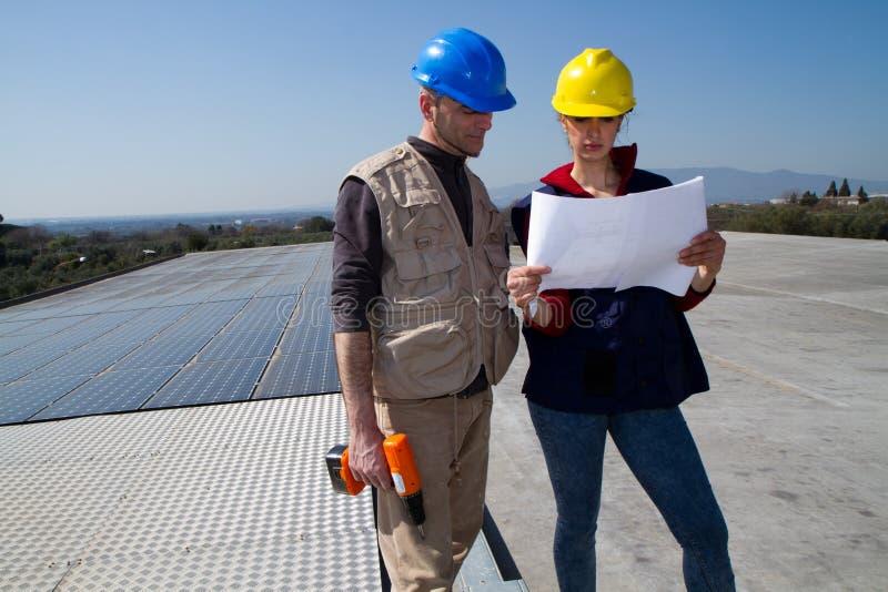 Potomstwo inżyniera wykwalifikowany robotnik na dachu i dziewczyna zdjęcia stock