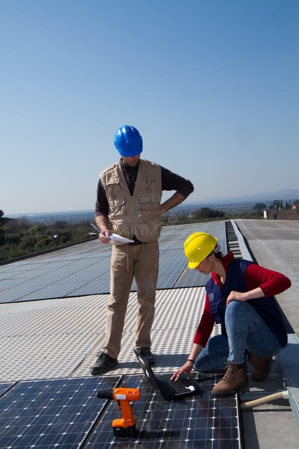 Potomstwo inżyniera wykwalifikowany robotnik na dachu i dziewczyna zdjęcie stock