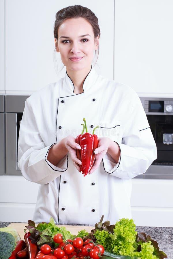 Potomstwo kucharz przedstawia pieprze zdjęcie stock