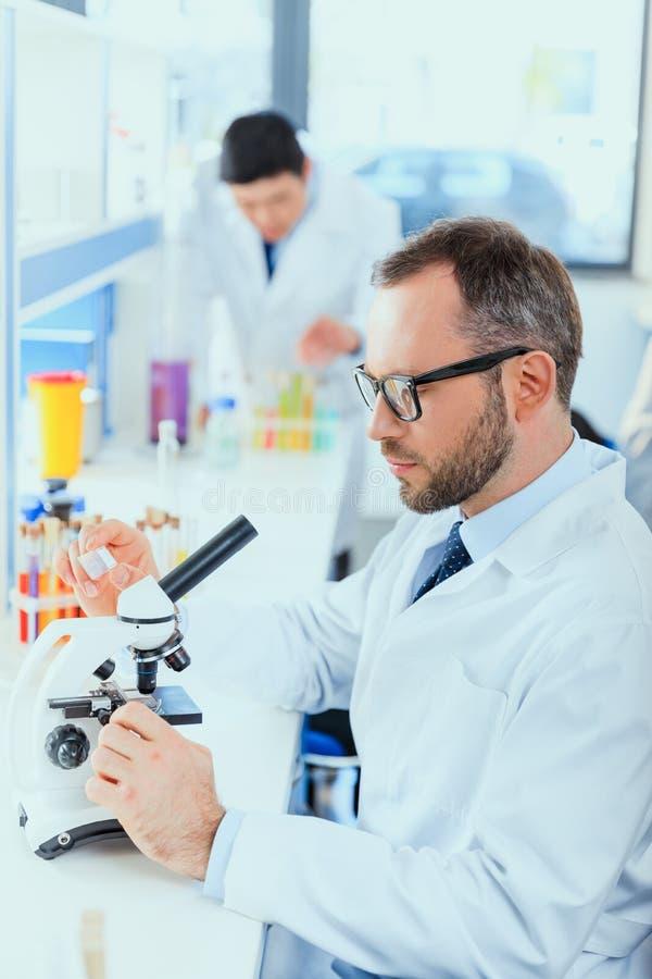 Potomstwo lekarki w jednolitym działaniu przy probierczym laboratorium obraz royalty free