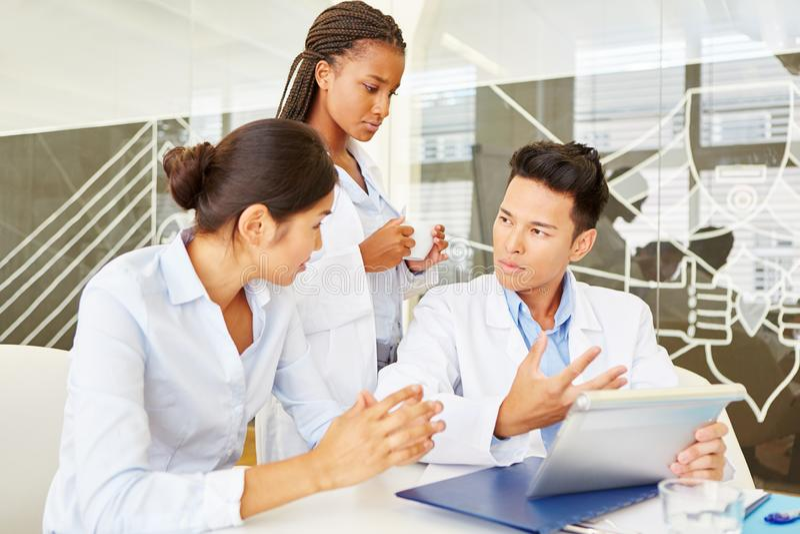 Potomstwo lekarki w medycznej aplikanturze obraz stock