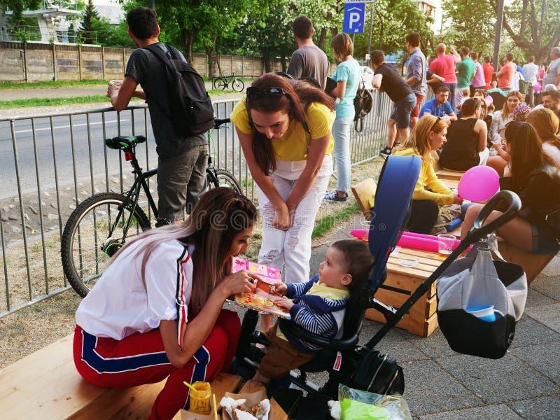 Potomstwo matka uczy dziecka barwić children książkę obrazy stock