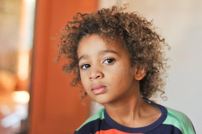 Potomstwo mieszająca biegowa chłopiec z kędzierzawym włosy fotografia royalty free