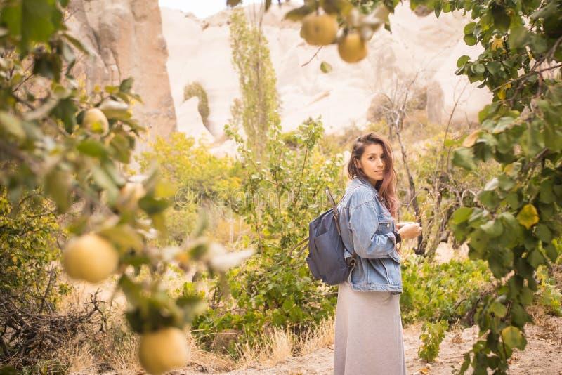 Potomstwo Mieszająca Biegowa dziewczyna Pozuje przy kamerą przy Żółtym pigwy drzewa plantacji ogródem indyk zdjęcie royalty free