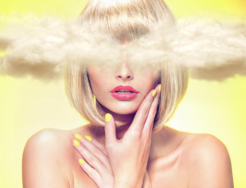 Potomstwo model z głową w chmurach obrazy royalty free