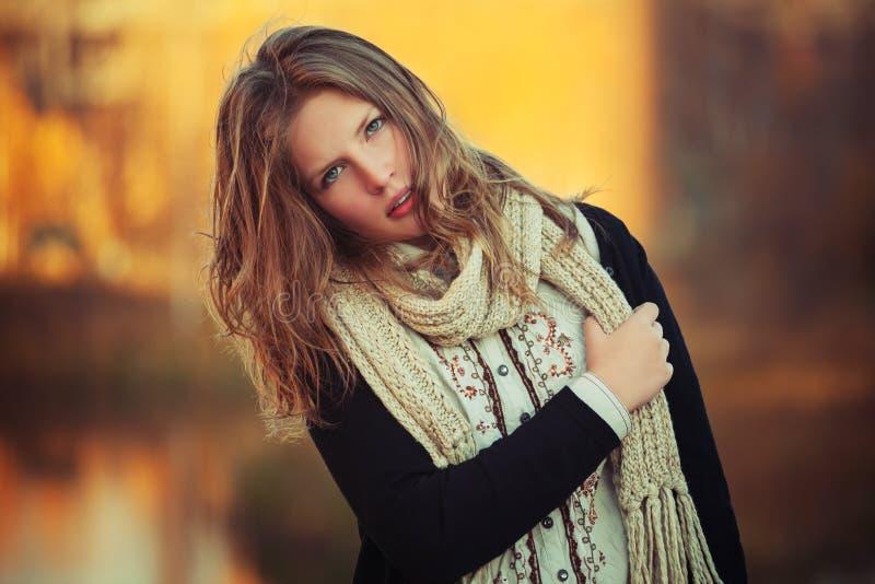 Potomstwo mody dziewczyna w czarnym kardiganie i trykotowym szalika chodzić plenerowych obraz royalty free