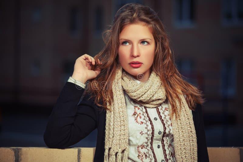 Potomstwo mody dziewczyna w czarnym szaliku w nocy miasta ulicie i kardiganie obrazy royalty free