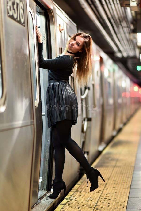 Potomstwo mody kobieta flirtuje w metrze fotografia stock