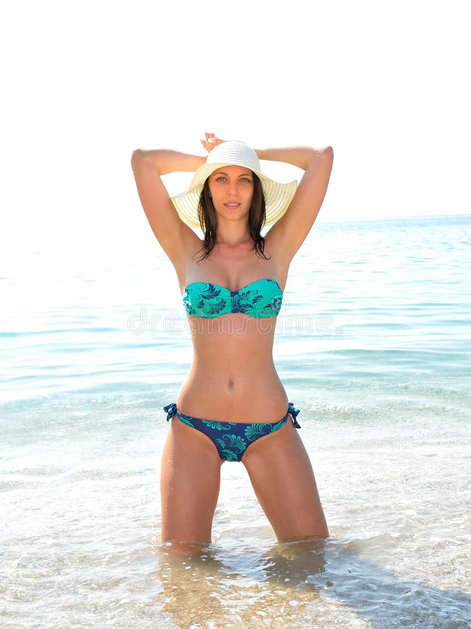 Potomstwo mody kobieta relaksuje na plaży zdjęcia royalty free