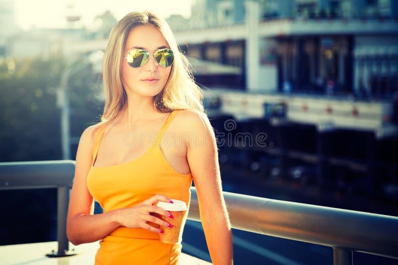 Potomstwo mody kobieta z kawą Iść w mieście zdjęcia royalty free