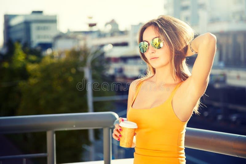 Potomstwo mody kobieta z kawą Iść w mieście obraz royalty free