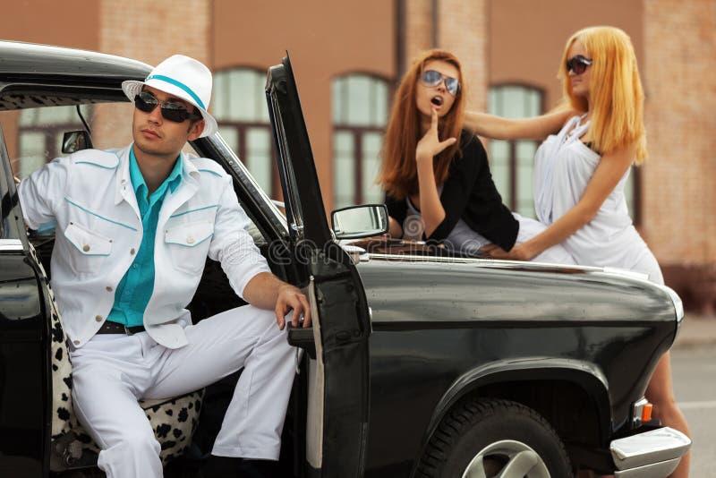 Potomstwo mody ludzie przy retro samochodem obrazy royalty free