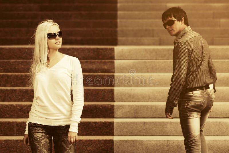 Potomstwo mody mężczyzna i kobieta flirtuje na miasto ulicie obrazy royalty free